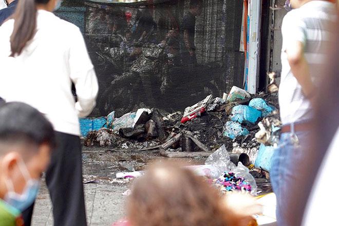 Người thân đau đớn ngồi gục bên ngoài căn nhà cháy khiến 4 người tử vong ở Hà Nội - hình ảnh 14