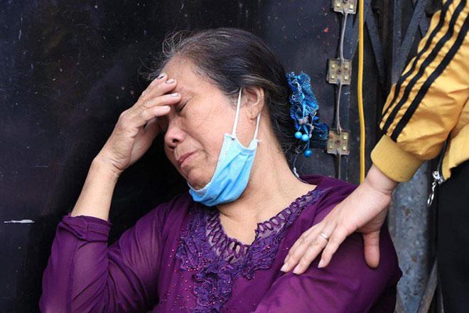 Người thân đau đớn ngồi gục bên ngoài căn nhà cháy khiến 4 người tử vong ở Hà Nội - hình ảnh 17