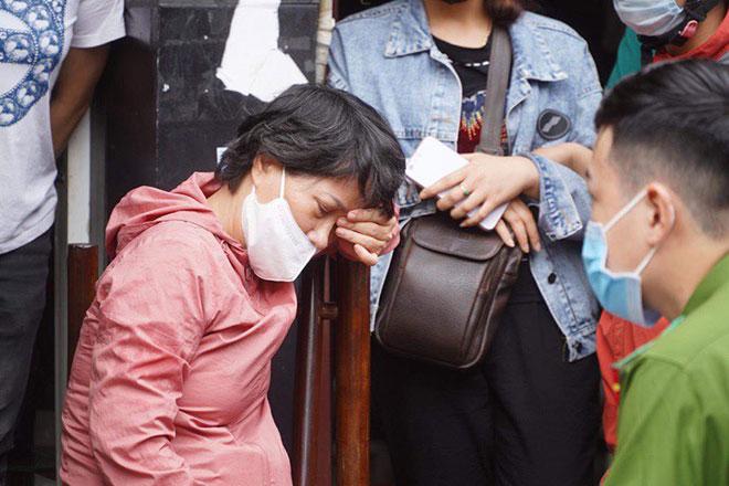 Người thân đau đớn ngồi gục bên ngoài căn nhà cháy khiến 4 người tử vong ở Hà Nội - hình ảnh 16