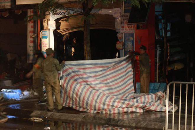 Người thân đau đớn ngồi gục bên ngoài căn nhà cháy khiến 4 người tử vong ở Hà Nội - hình ảnh 3