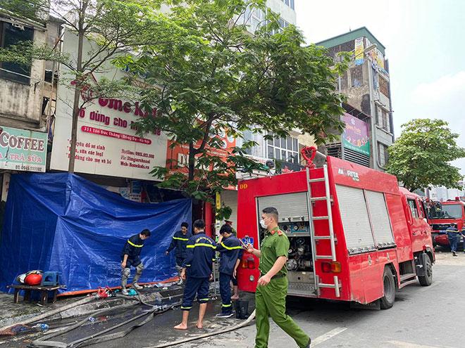 Người thân đau đớn ngồi gục bên ngoài căn nhà cháy khiến 4 người tử vong ở Hà Nội - hình ảnh 4