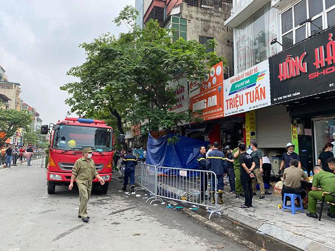 Người thân đau đớn ngồi gục bên ngoài căn nhà cháy khiến 4 người tử vong ở Hà Nội - hình ảnh 5