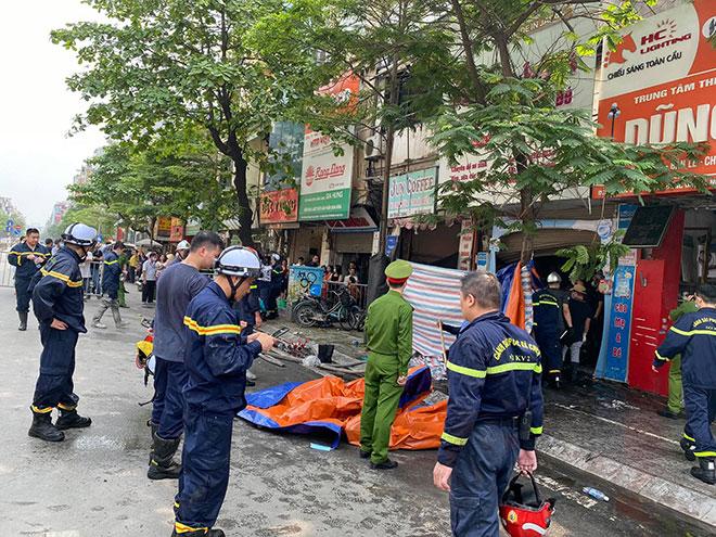 Người thân đau đớn ngồi gục bên ngoài căn nhà cháy khiến 4 người tử vong ở Hà Nội - hình ảnh 6