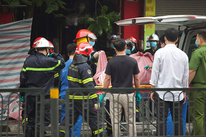 """Vụ cháy 4 người chết ở Hà Nội: """"Mẹ ôm con gái 10 tuổi vào trong lòng... """" - 1"""