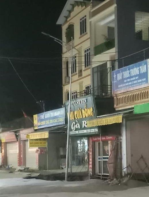 """""""Hố tử thần"""" xuất hiện trên vỉa hè ở Hà Nội, sơ tán khẩn 20 hộ dân - hình ảnh 1"""