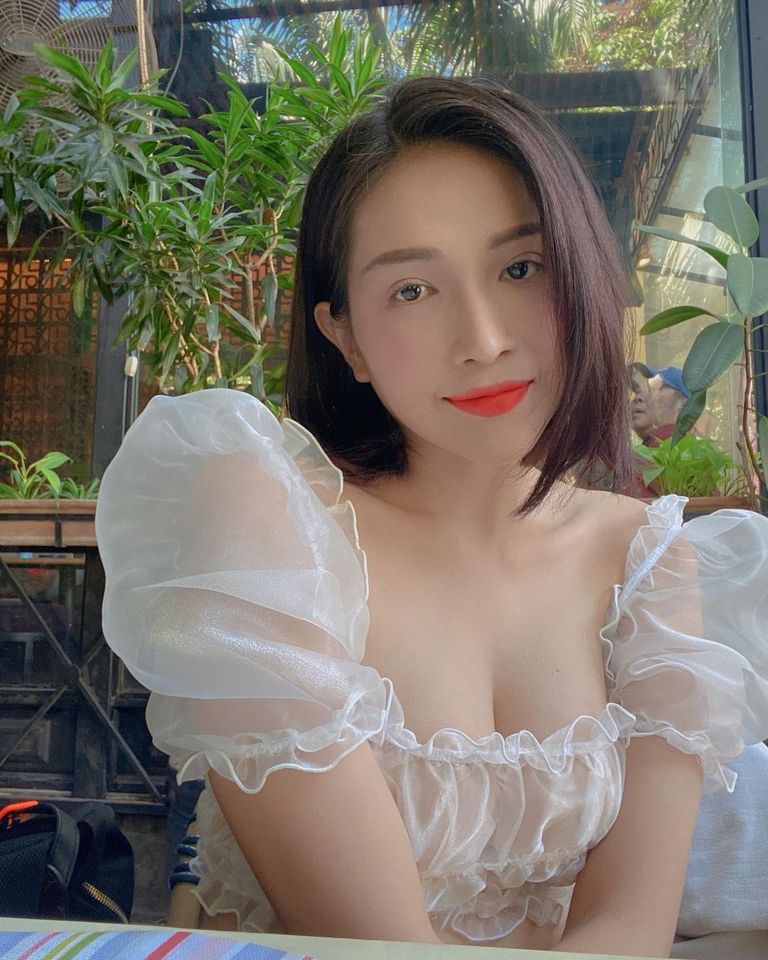 Style mặc nữ tính của Khả Như - 11