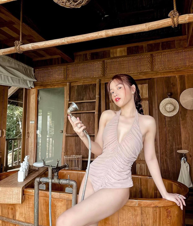 """""""Đệ nhất ngực đẹp làng hài"""" diện bikini khoét mạo hiểm, tôn đường cong đẹp như kẻ vẽ - hình ảnh 3"""