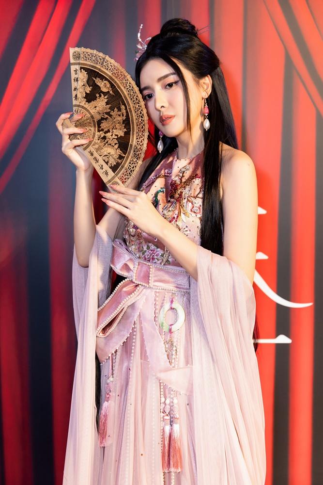 """""""Hoạn Thư"""" Cao Thái Hà chiếm trọn spotlight trên thảm đỏ phim """"Kiều"""" - hình ảnh 3"""