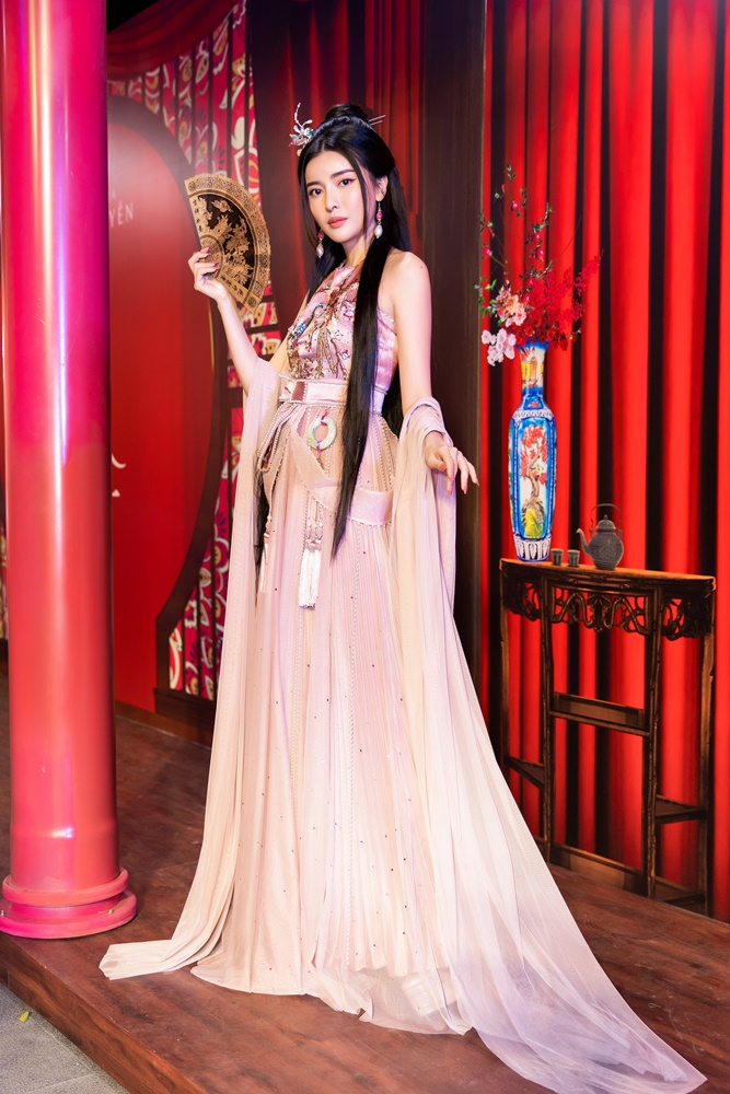 """""""Hoạn Thư"""" Cao Thái Hà chiếm trọn spotlight trên thảm đỏ phim """"Kiều"""" - hình ảnh 4"""