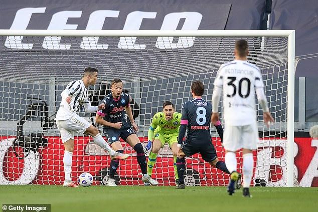 """Ronaldo """"lập công chuộc tội"""" cứu thầy Pirlo, ghi dấu mốc bàn thắng chói lọi - 1"""