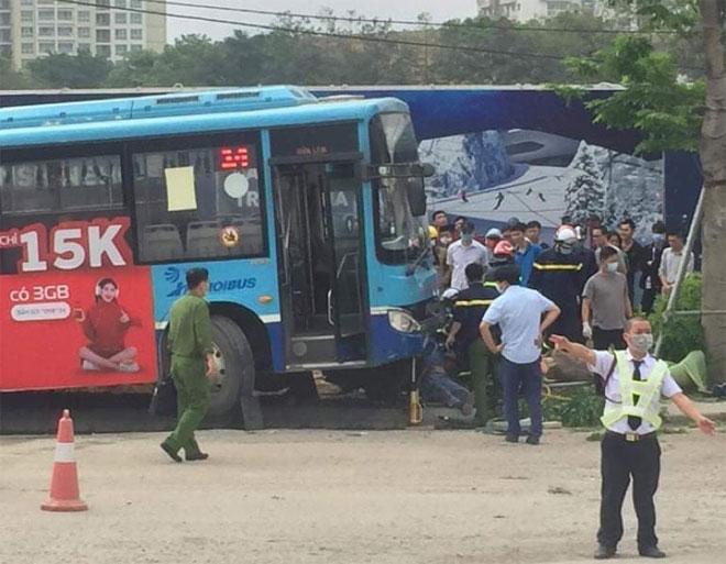 Đang đi bộ trên vỉa hè, thanh niên bị xe buýt đâm tử vong - hình ảnh 1