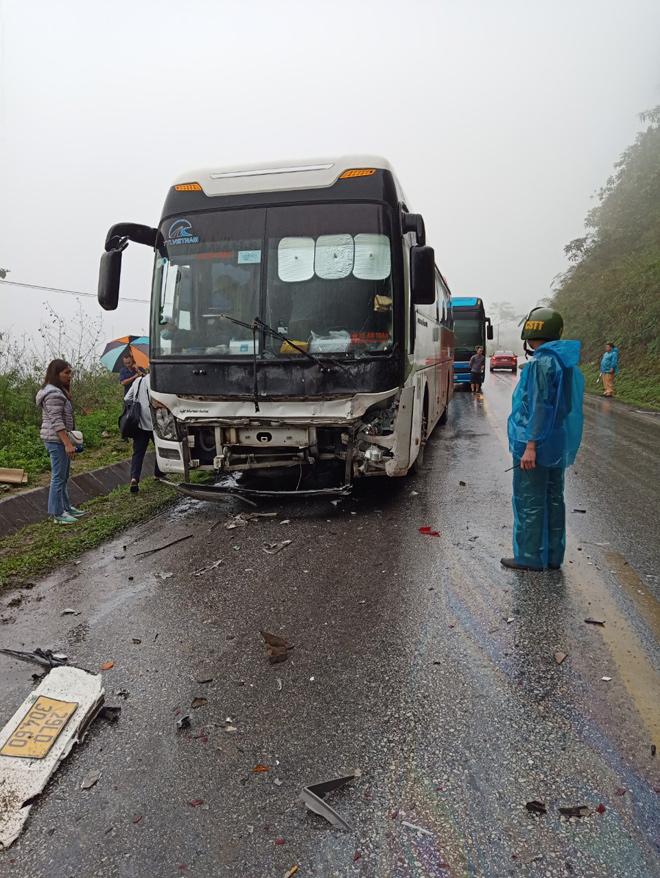 Va chạm khủng khiếp với xe khách trên QL6, ô tô con văng sang đường, 2 người tử vong - hình ảnh 1