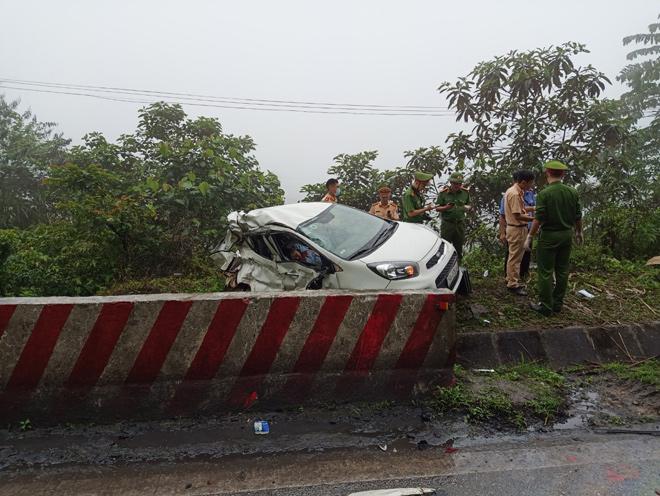 Va chạm khủng khiếp với xe khách trên QL6, ô tô con văng sang đường, 2 người tử vong - hình ảnh 2