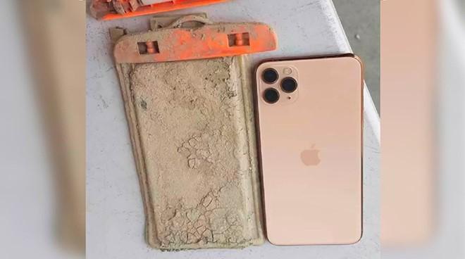 """Bị ngâm cả năm dưới hồ, iPhone 11 Pro Max được """"cứu"""" nhờ hạn hán - 1"""
