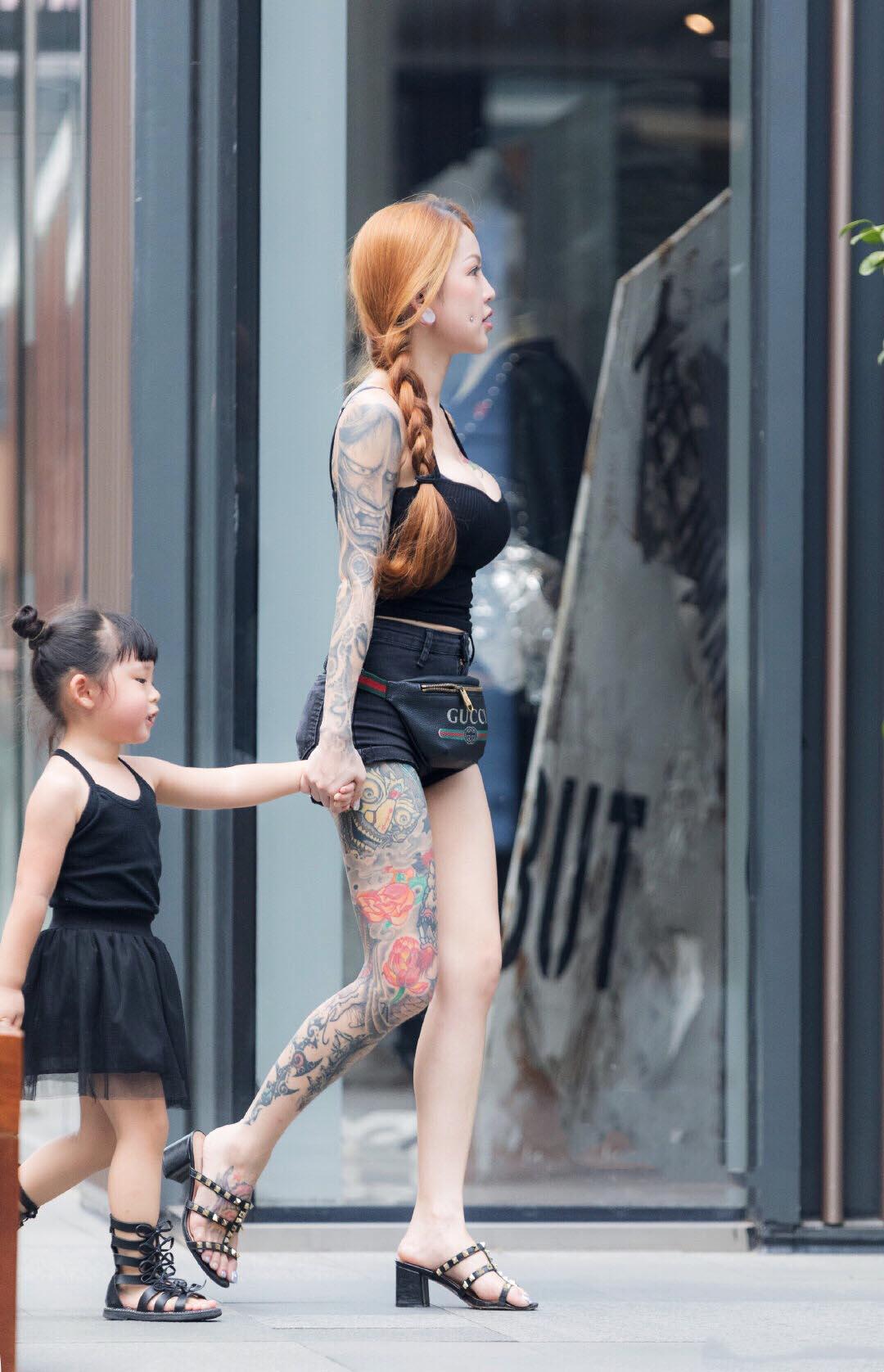 """Mốt áo """"ỡm ờ"""", quần """"chờ 1 phút"""" khoe hình xăm đại của bà mẹ trẻ dễ bị thiên hạ đàm tiếu - hình ảnh 3"""