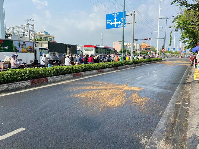 Dầu đổ tràn ra đường và hành động cực đẹp của CSGT TP.HCM - hình ảnh 1