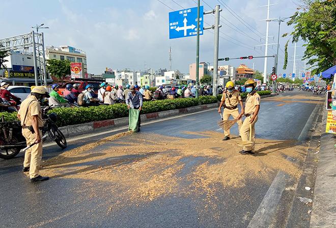 Dầu đổ tràn ra đường và hành động cực đẹp của CSGT TP.HCM - hình ảnh 3