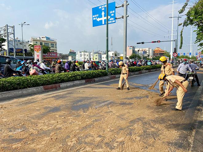 Dầu đổ tràn ra đường và hành động cực đẹp của CSGT TP.HCM - hình ảnh 4