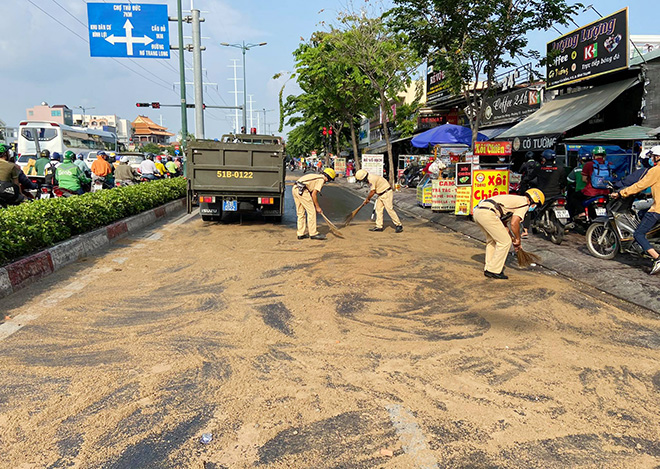 Dầu đổ tràn ra đường và hành động cực đẹp của CSGT TP.HCM - hình ảnh 5