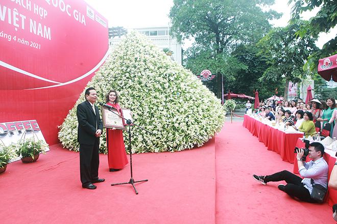 """Xuất hiện nón lá """"khổng lồ"""" bằng hoa loa kèntrên phố Hà Nội - hình ảnh 3"""