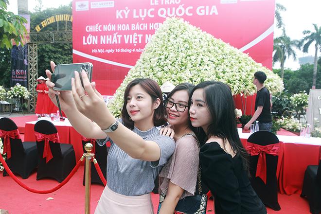 """Xuất hiện nón lá """"khổng lồ"""" bằng hoa loa kèntrên phố Hà Nội - hình ảnh 8"""