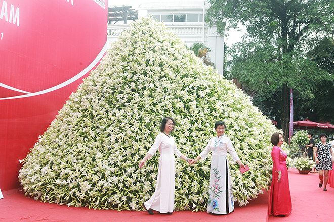 """Xuất hiện nón lá """"khổng lồ"""" bằng hoa loa kèntrên phố Hà Nội - hình ảnh 9"""