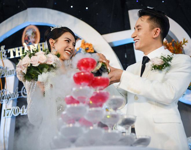 Đám cưới Phan Mạnh Quỳnh ở quê Nghệ An: Cô dâu đeo vàng trĩu cổ, mời 700 khách - 4