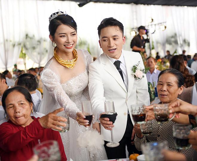 Đám cưới Phan Mạnh Quỳnh ở quê Nghệ An: Cô dâu đeo vàng trĩu cổ, mời 700 khách - 6