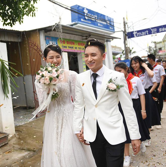 Đám cưới Phan Mạnh Quỳnh ở quê Nghệ An: Cô dâu đeo vàng trĩu cổ, mời 700 khách - 3