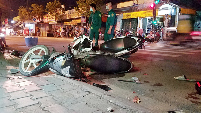 Xót xa cảnh bé trai gào khóc ôm thi thể cha giữa phố Sài Gòn - hình ảnh 4