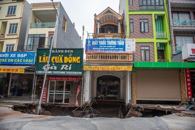 """Sau trận mưa lớn, """"hố tử thần"""" ở Hà Nội tiếp tục lan rộng ra tỉnh lộ 419 - hình ảnh 2"""
