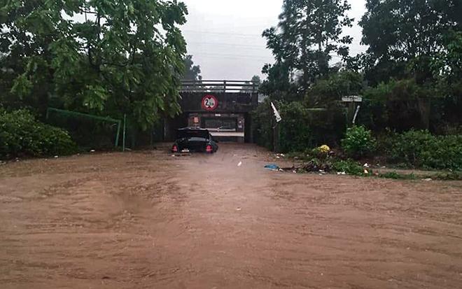 """Ô tô, xe máy """"bơi"""" trong """"biển nước"""" trên Đại lộ Thăng Long sau trận mưa lớn - hình ảnh 1"""