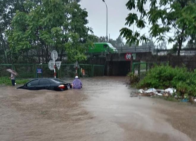 """Ô tô, xe máy """"bơi"""" trong """"biển nước"""" trên Đại lộ Thăng Long sau trận mưa lớn - hình ảnh 2"""