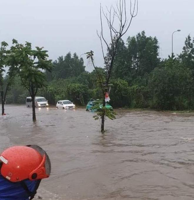 """Ô tô, xe máy """"bơi"""" trong """"biển nước"""" trên Đại lộ Thăng Long sau trận mưa lớn - hình ảnh 3"""