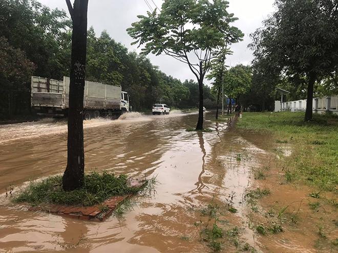 """Ô tô, xe máy """"bơi"""" trong """"biển nước"""" trên Đại lộ Thăng Long sau trận mưa lớn - hình ảnh 4"""