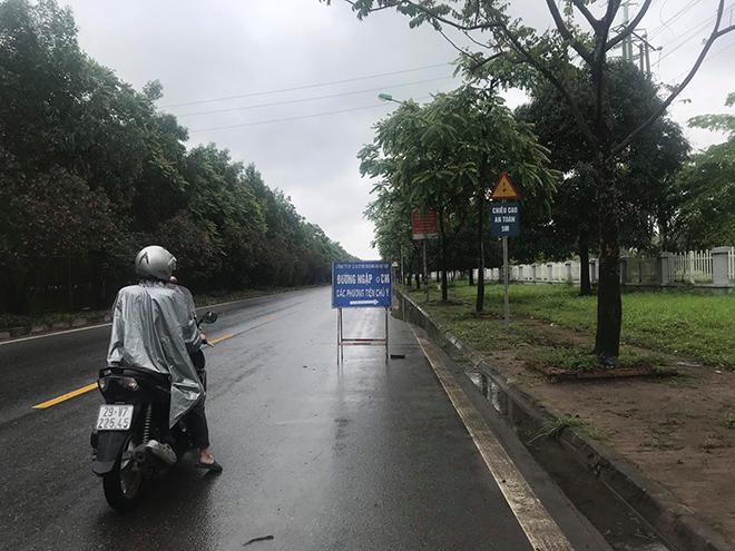 """Ô tô, xe máy """"bơi"""" trong """"biển nước"""" trên Đại lộ Thăng Long sau trận mưa lớn - hình ảnh 5"""