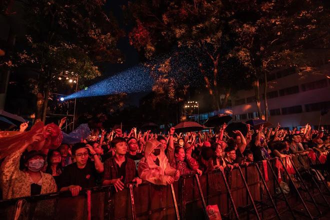 """Hàng nghìn khán giả """"tắm mưa"""" cùng ban nhạc Bức Tường - hình ảnh 4"""