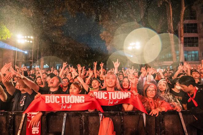 """Hàng nghìn khán giả """"tắm mưa"""" cùng ban nhạc Bức Tường - hình ảnh 13"""