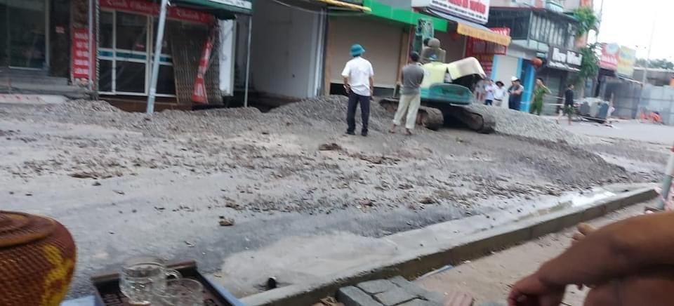 """""""Hố tử thần"""" rộng hơn 100m2 ở Hà Nội đang được san lấp - hình ảnh 1"""