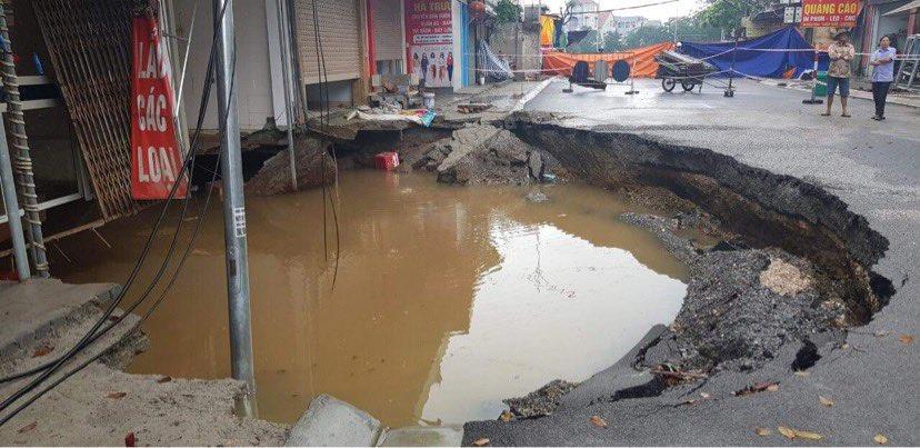 """""""Hố tử thần"""" rộng hơn 100m2 ở Hà Nội đang được san lấp - hình ảnh 3"""