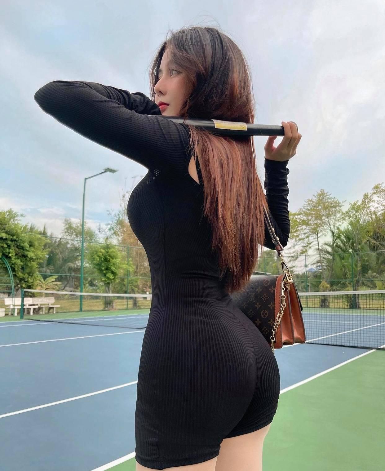 Nữ sinh hot nhất Sài thành chuyên diện đồ ôm siêu ngắn ra sân môn thể thao nhà giàu - hình ảnh 2