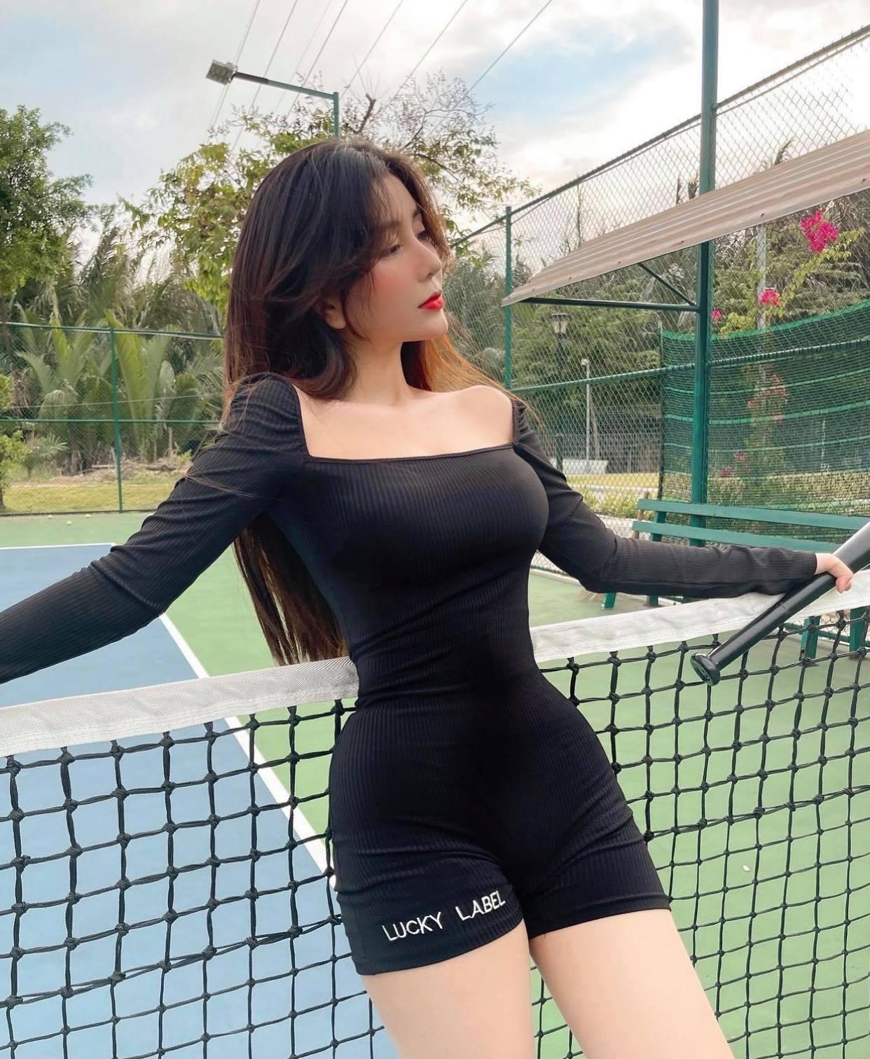 Nữ sinh hot nhất Sài thành chuyên diện đồ ôm siêu ngắn ra sân môn thể thao nhà giàu - hình ảnh 1