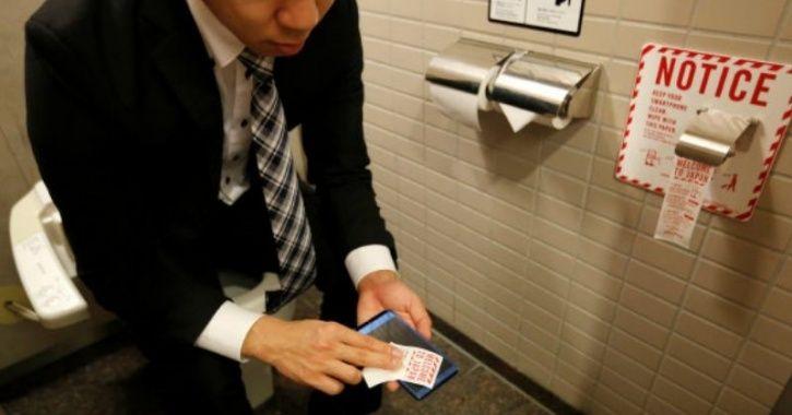 Hy hữu: Chàng trai phẫn nộ vì bị cắt lương do đi vệ sinh 2 tiếng/ngày - hình ảnh 1