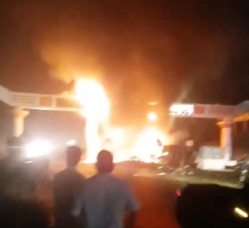 Xe đầu kéo đâm cổng chào Bỉm Sơn, cả hai bốc cháy ngùn ngụt - hình ảnh 1