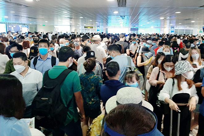 """Cả nghìn người """"rồng rắn"""" xếp hàng ở sân bay Tân Sơn Nhất: ACV nói gì? - hình ảnh 1"""