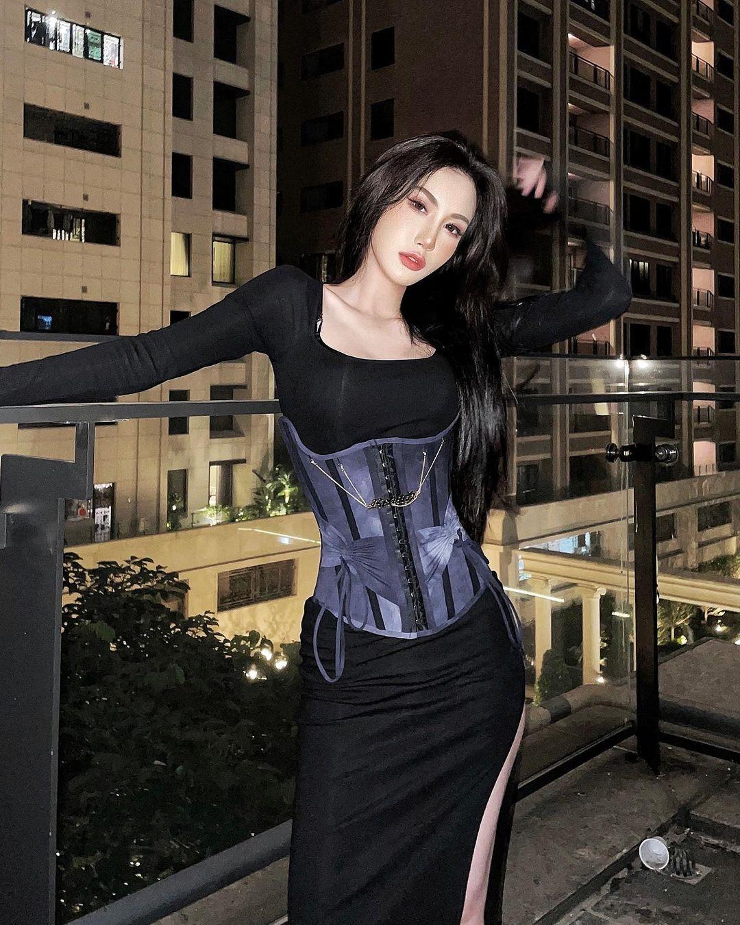 """Nàng giám đốc Đài Loan chuyên mặc kiểu đồ """"trắc nết"""", hở vẫn được khen thời thượng - hình ảnh 4"""