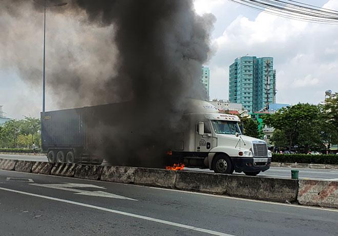 Xe container bốc cháy dữ dội ở TP Thủ Đức - hình ảnh 1