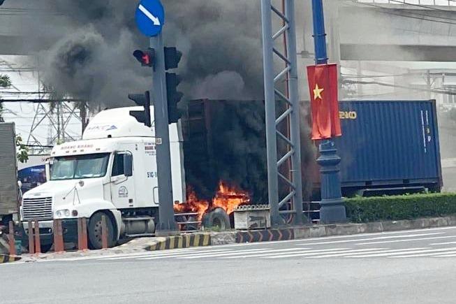 Xe container bốc cháy dữ dội ở TP Thủ Đức - hình ảnh 2