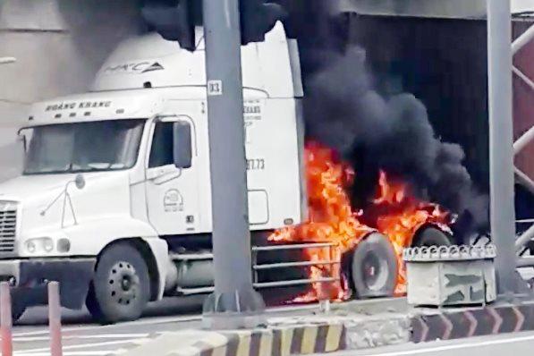 Xe container bốc cháy dữ dội ở TP Thủ Đức - hình ảnh 3
