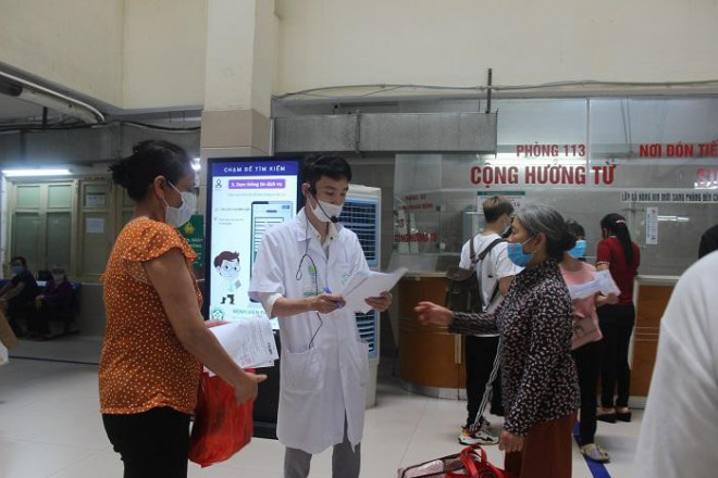 Phía sau những ồn ào ở Bệnh viện Bạch Mai: Người bệnh được lợi gì? - 7